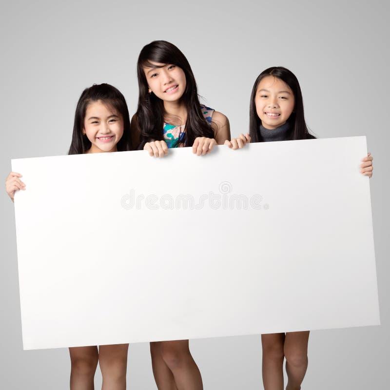 Счастливая усмехаясь группа в составе дети стоковое фото rf