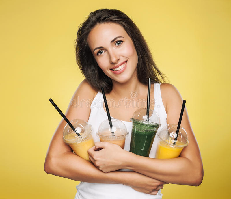 Счастливая усмехаясь женщина держа smoothie стоковое изображение