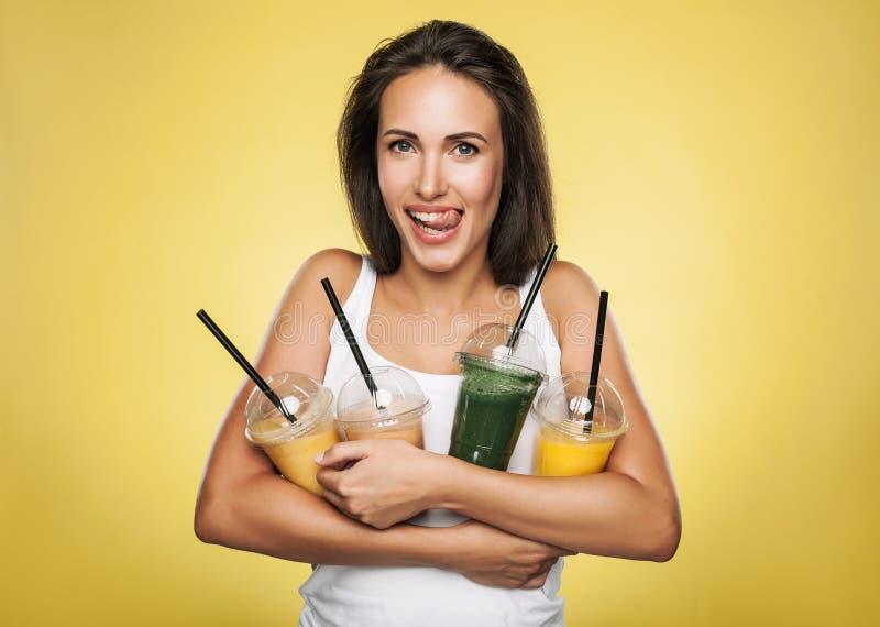 Счастливая усмехаясь женщина держа smoothie стоковые изображения rf