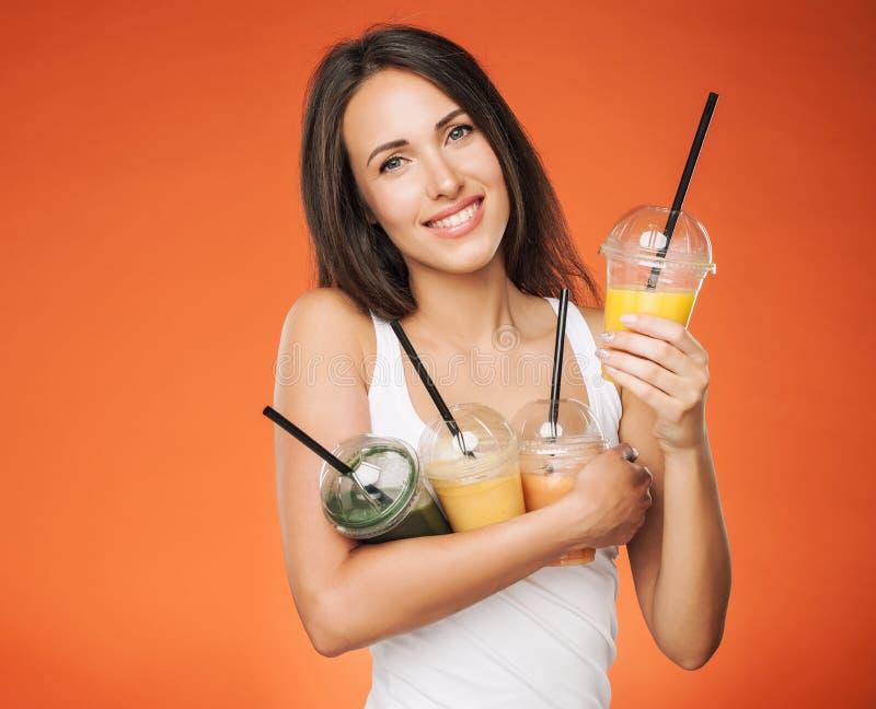 Счастливая усмехаясь женщина держа smoothie стоковая фотография