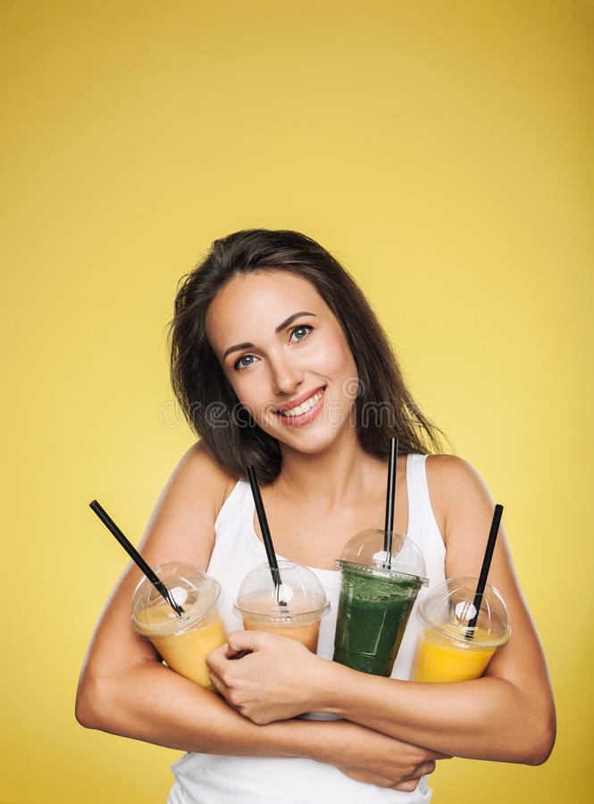 Счастливая усмехаясь женщина держа smoothie стоковая фотография rf