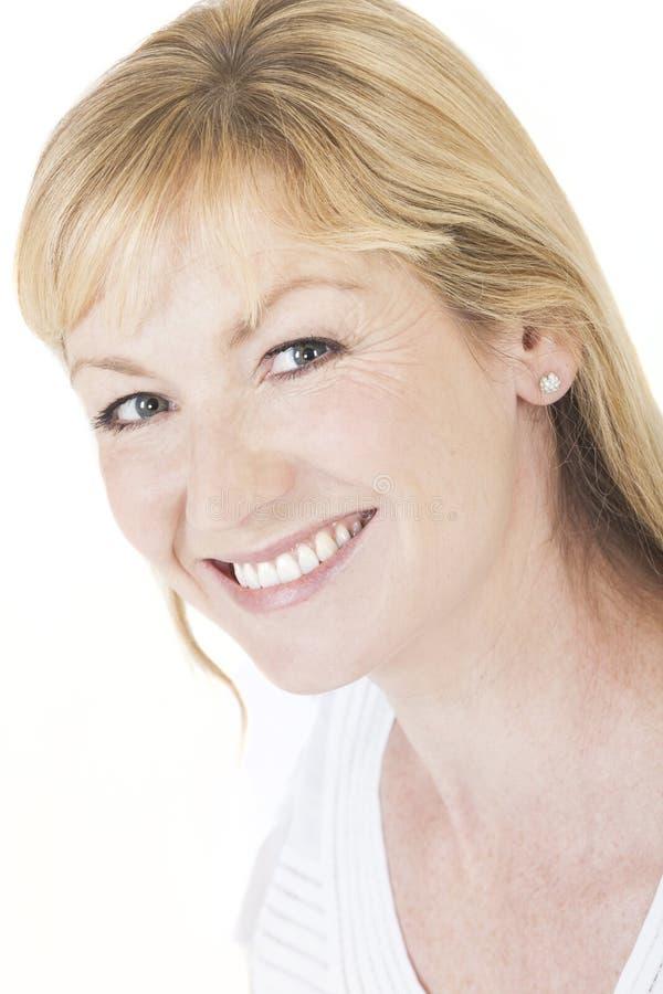 Счастливая усмехаясь женщина постаретая серединой стоковые изображения rf