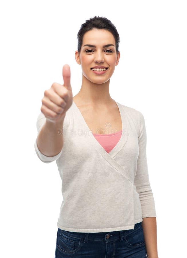 Счастливая усмехаясь женщина при расчалки показывая большие пальцы руки вверх стоковое фото