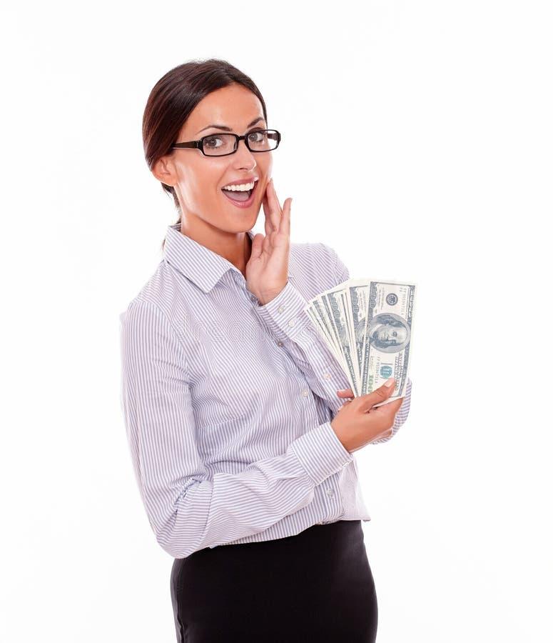 Счастливая усмехаясь коммерсантка брюнет с деньгами стоковая фотография rf