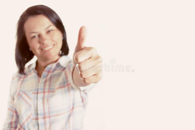 Счастливая усмехаясь красивая молодая женщина показывая большой палец руки вверх стоковые фотографии rf