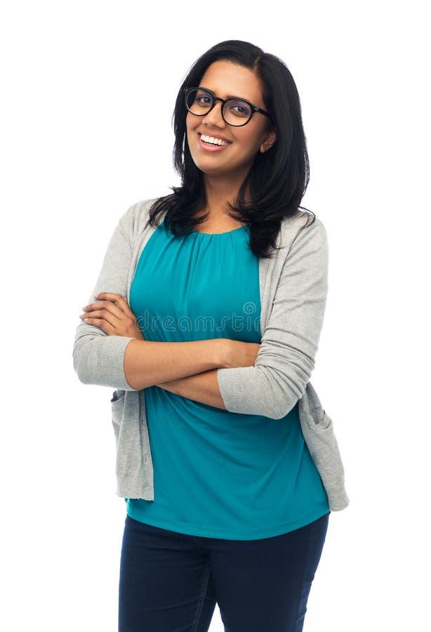 Счастливая усмехаясь молодая индийская женщина в стеклах стоковая фотография