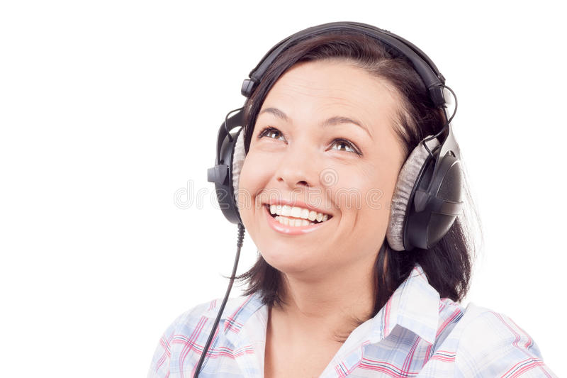 Счастливая усмехаясь музыка красивой молодой женщины слушая с Headpho стоковое фото rf