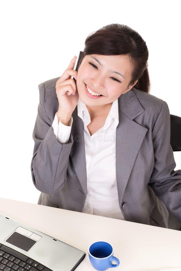 Счастливая усмехаясь работая бизнес-леди стоковая фотография