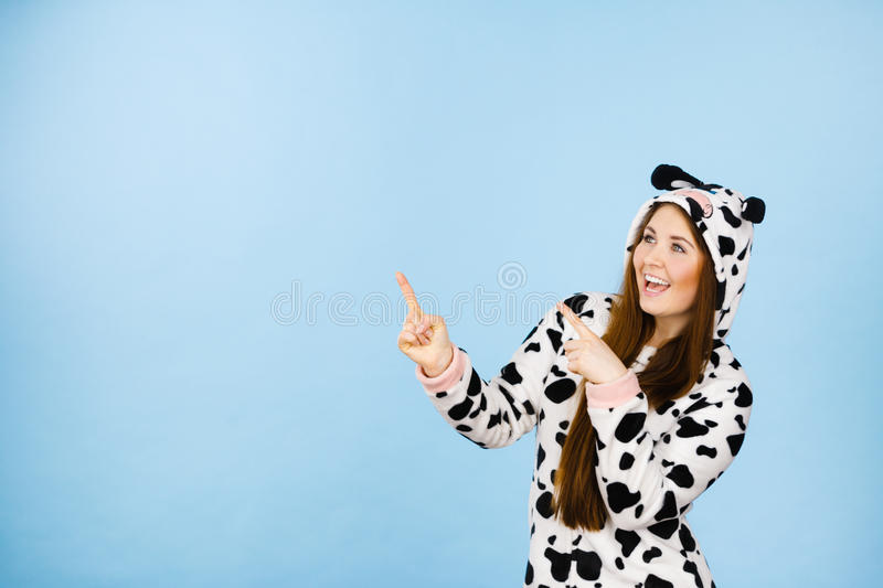 Счастливая шальная женщина в костюме коровы стоковая фотография rf