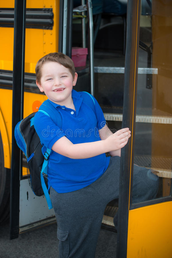Счастливая шина школа-интерната ребенка стоковые изображения rf