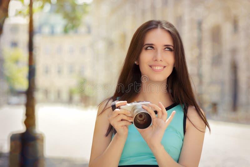 Счастливая элегантная женщина с компактным цифровой фотокамера стоковое изображение rf