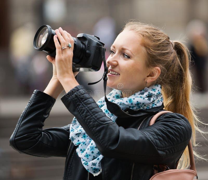 Счастливая europenian девушка фотографируя визирования стоковое фото rf