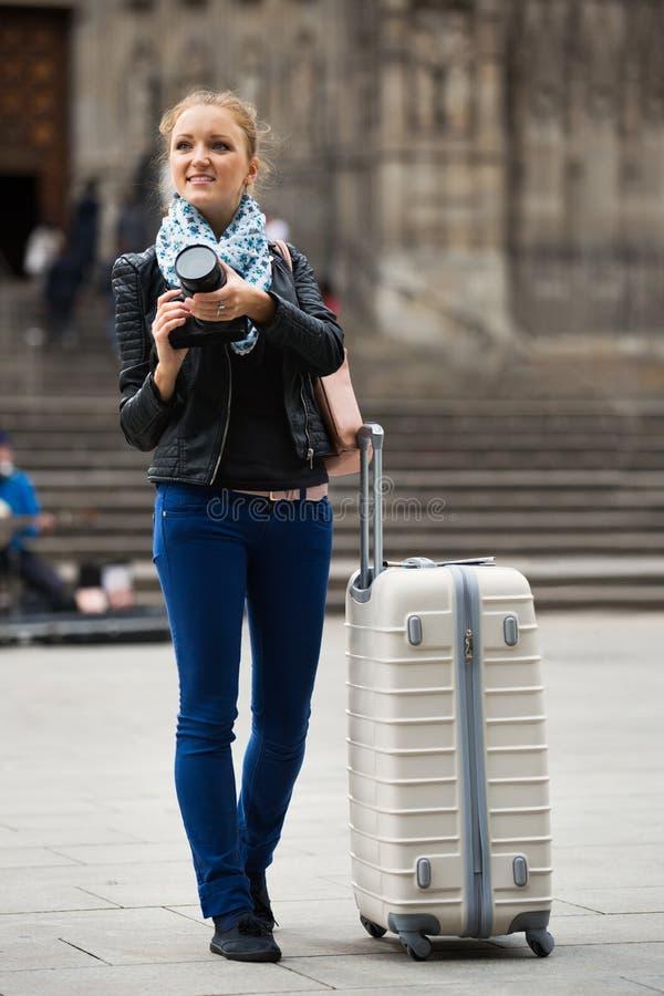 Счастливая europenian девушка фотографируя визирования стоковые изображения