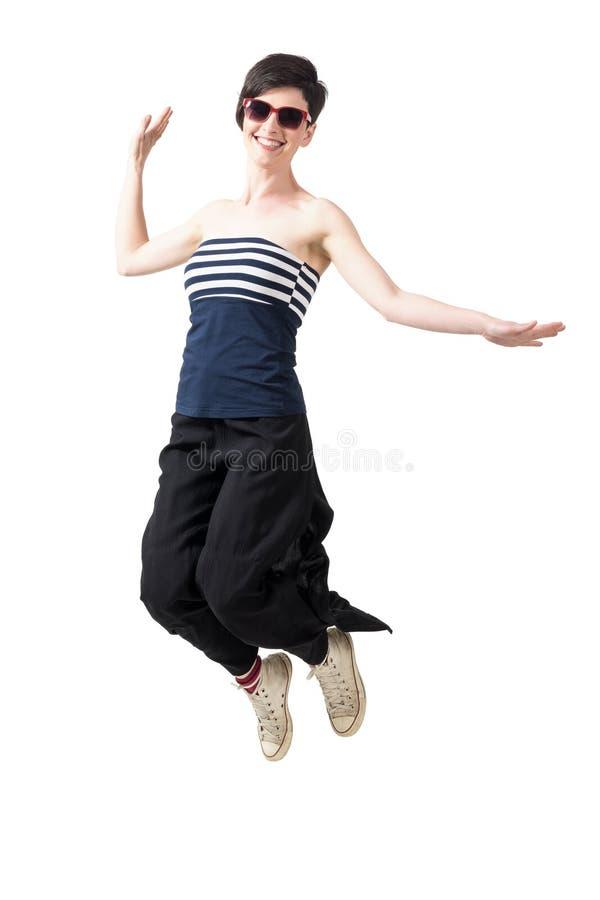 Счастливая excited ультрамодная женщина коротких волос скача в средний-воздух стоковая фотография rf