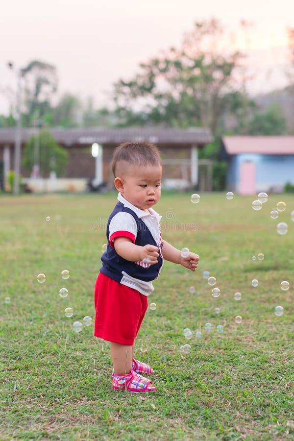 Счастливое время с пузырями стоковые фотографии rf