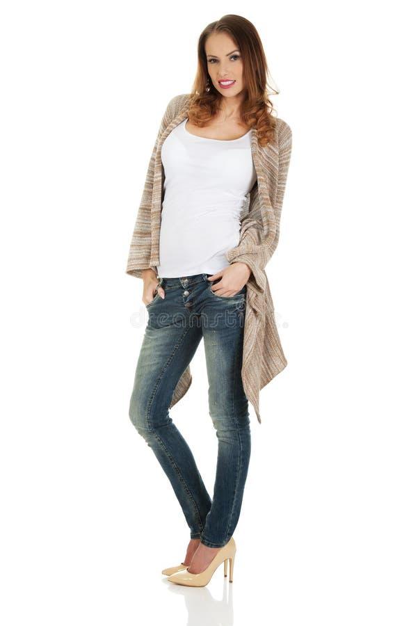 Счастливое вскользь положение женщины стоковое фото rf