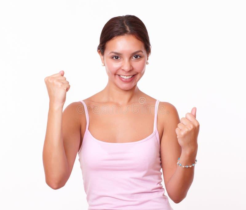 Счастливое красивое брюнет празднуя ее победу стоковое фото