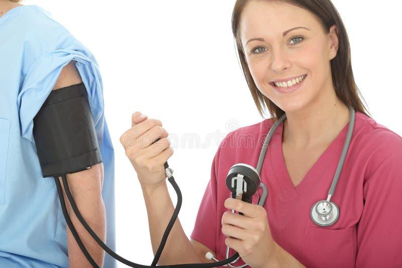 Счастливое молодое профессиональное женское кровяное давление доктора Taking пациента стоковое фото