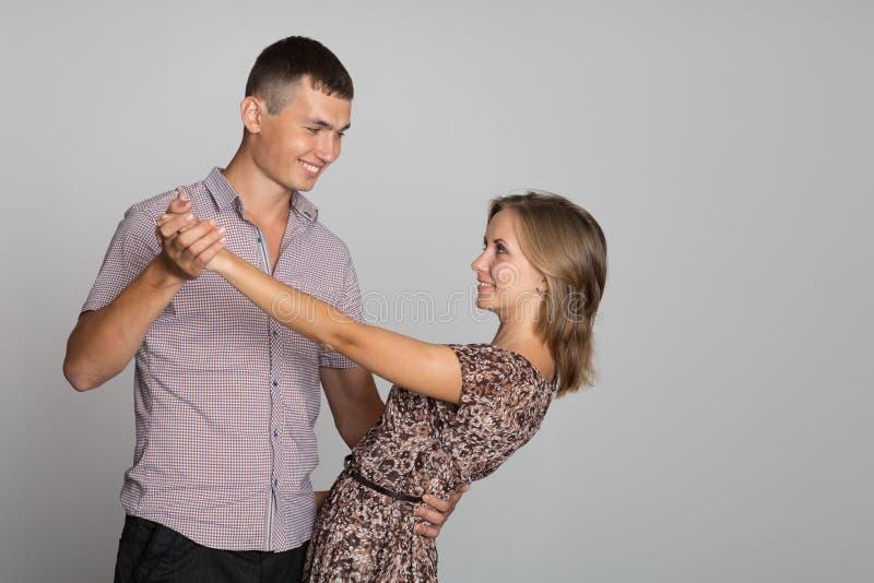 Счастливое молодые люди в представлении танца стоковые фото