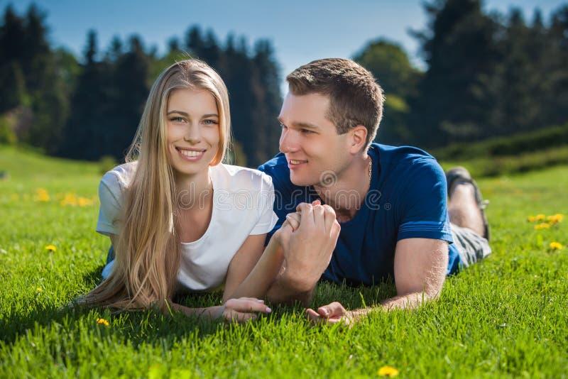 Download Счастливое молодые люди Outdoors Стоковое Изображение - изображение насчитывающей цвет, мужчина: 33725677