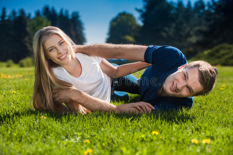 Download Счастливое молодые люди Outdoors Стоковое Изображение - изображение насчитывающей красивейшее, день: 33725681