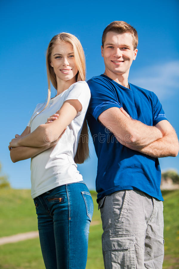 Download Счастливое молодые люди Outdoors Стоковое Фото - изображение насчитывающей пары, датировка: 33736410