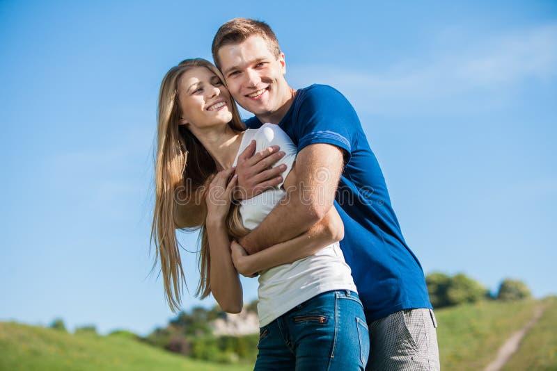 Download Счастливое молодые люди Outdoors Стоковое Фото - изображение насчитывающей приятельство, горизонтально: 33736414