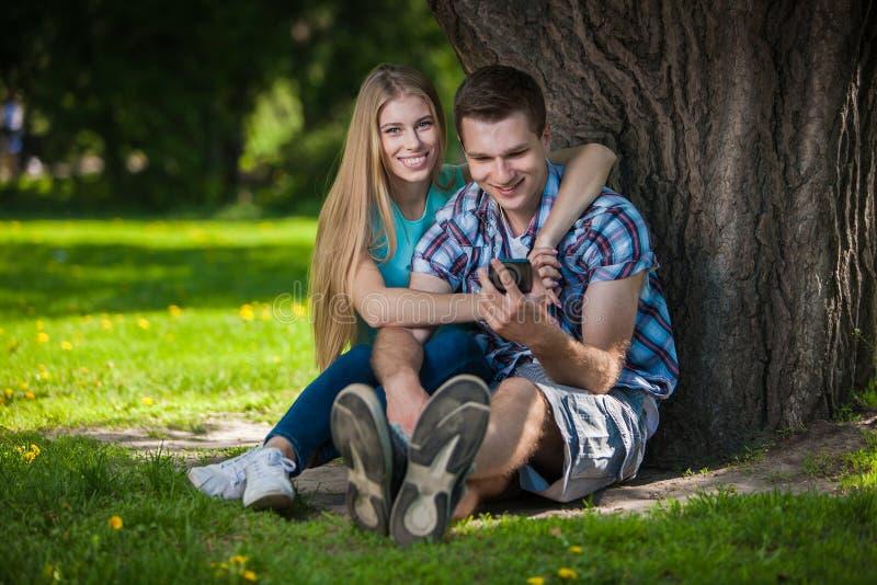 Download Счастливое молодые люди Outdoors Стоковое Фото - изображение насчитывающей экземпляр, вокруг: 33736480