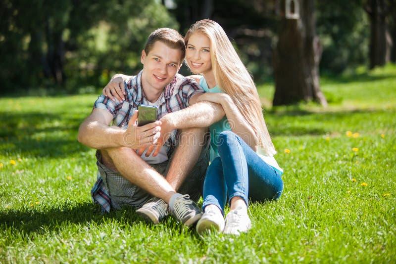 Download Счастливое молодые люди Outdoors Стоковое Фото - изображение насчитывающей привлекательностей, женщина: 33736550