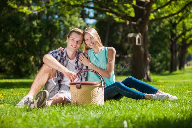 Download Счастливое молодые люди Outdoors Стоковое Изображение - изображение насчитывающей красивейшее, жизнерадостно: 33736645