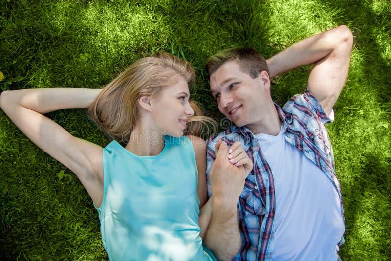 Download Счастливое молодые люди Outdoors Стоковое Фото - изображение насчитывающей кавказско, lifestyle: 33736654