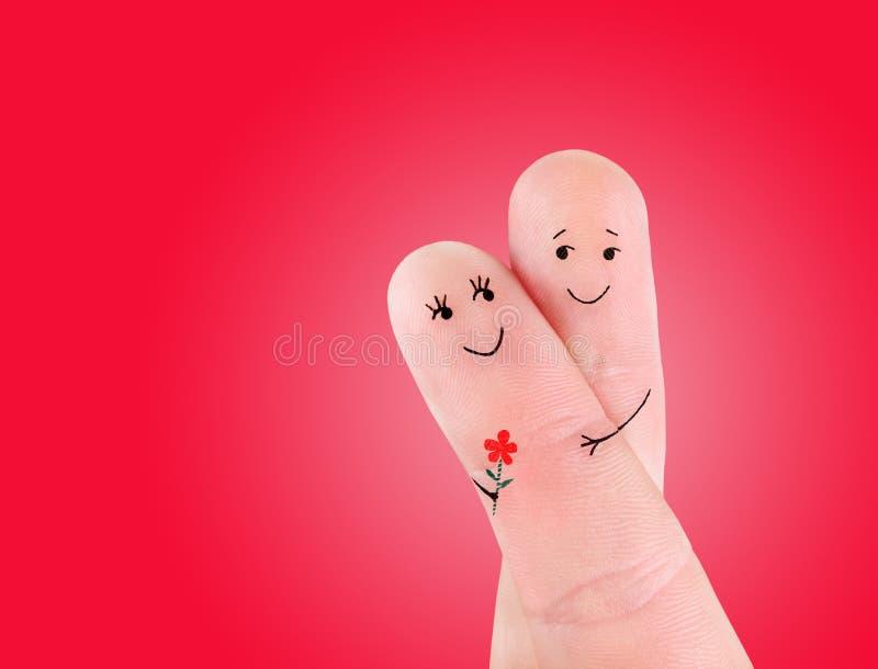 Счастливое объятие пар при концепция цветка, покрашенная на пальцах стоковое изображение rf