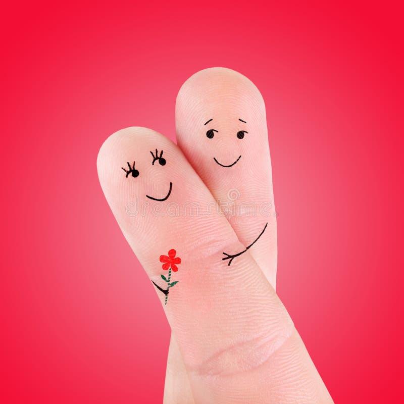 Счастливое объятие пар при концепция цветка, покрашенная на пальцах стоковые фотографии rf