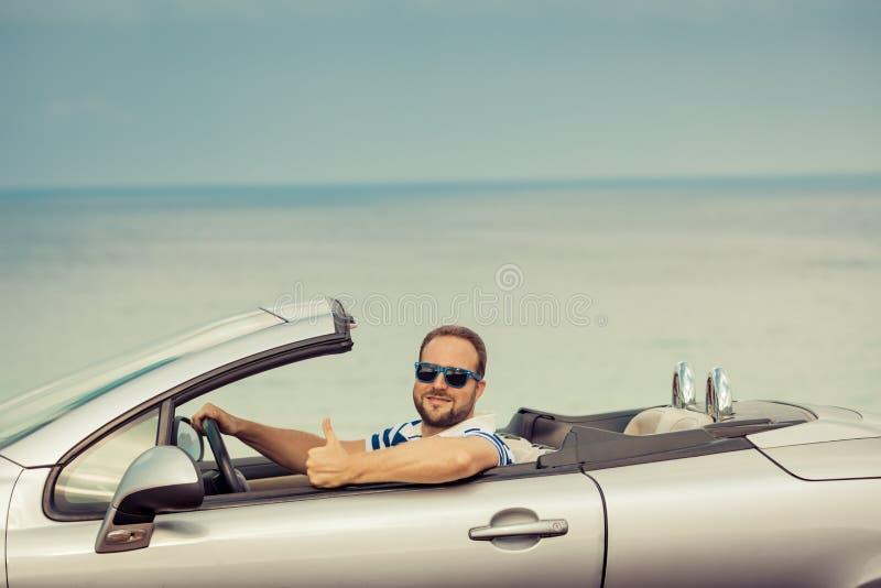 Счастливое перемещение человека автомобилем стоковая фотография