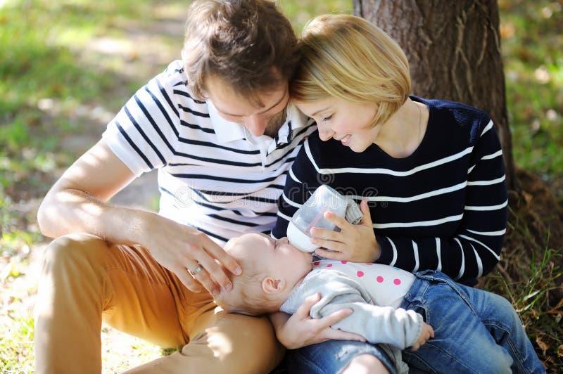 Счастливое родительство, фокус на стороне младенца стоковое фото