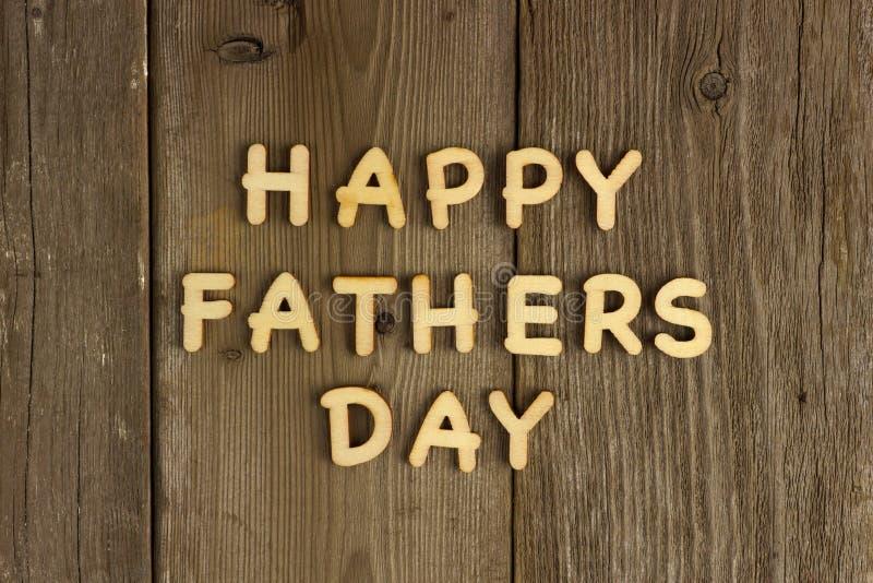 Счастливое сообщение дня отцов на древесине стоковое фото rf