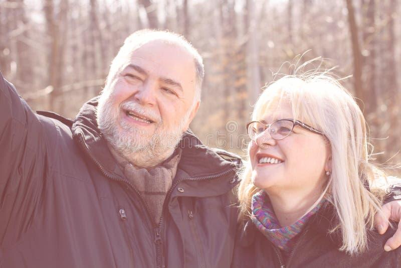 Счастливое старшее пожилое старые люди Selfie пар стоковое фото