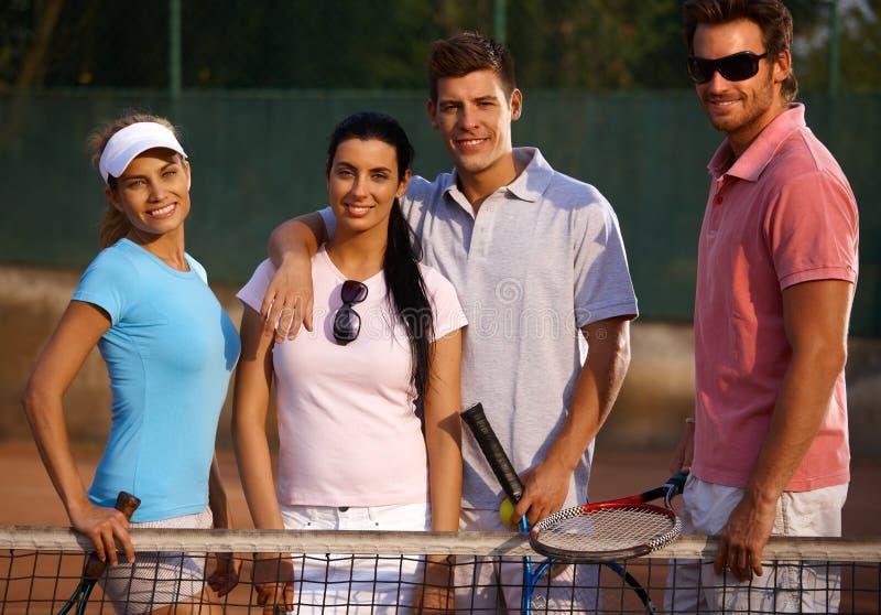 Счастливое товарищество на теннисном корте стоковые фотографии rf