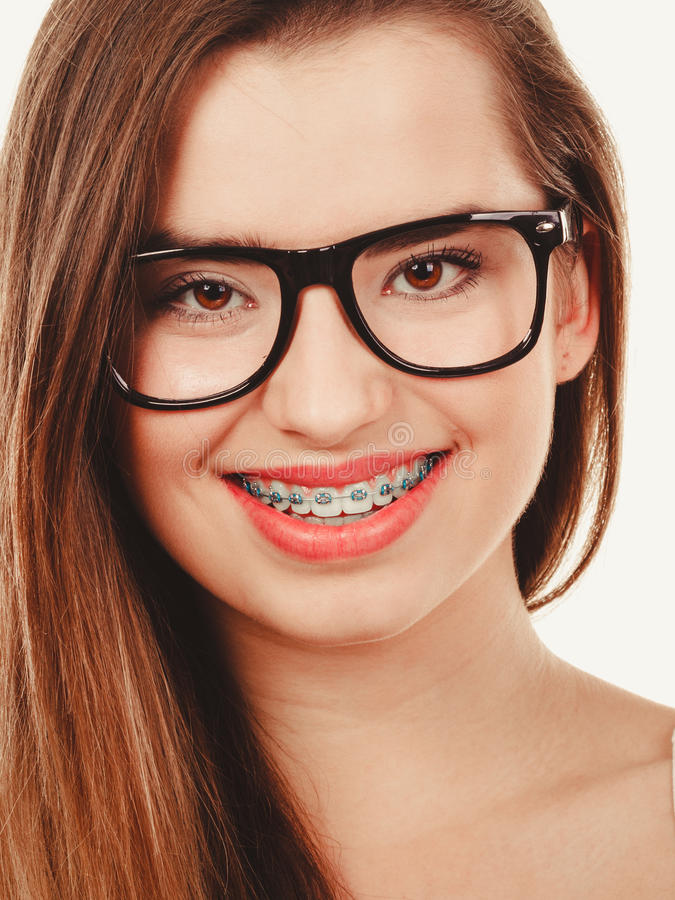 Счастливое тормозное подростковое в eyeglasses показывая расчалки стоковые фото