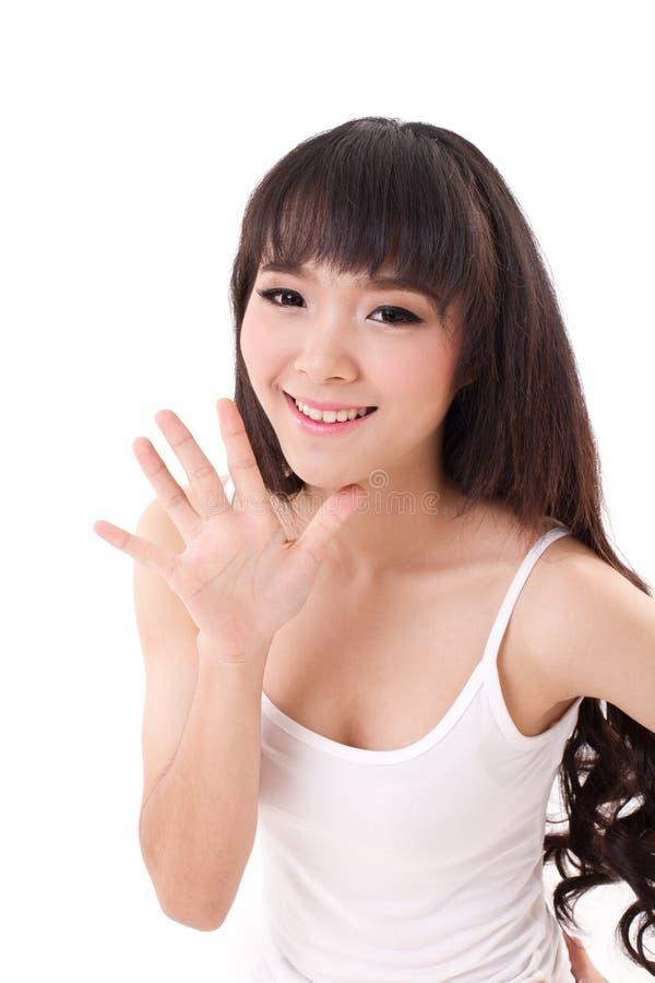 Счастливое, усмехаясь повышение женщины, указывая ее ладонь, палец 5 вверх стоковые изображения rf