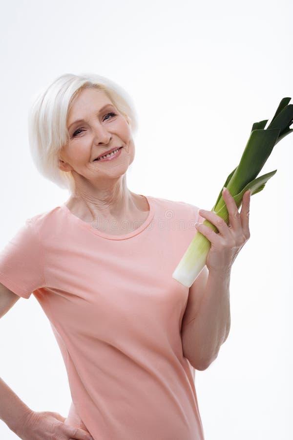 Счастливой женщина постаретая блондинкой смотря камеру стоковые изображения