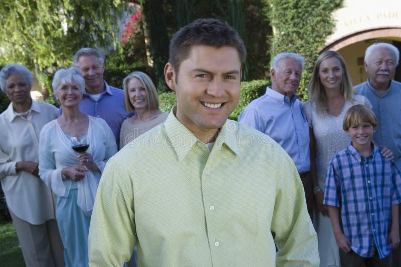 Счастливой человек постаретый серединой с семьей стоковая фотография