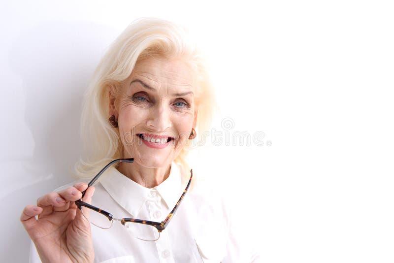 Счастливо смеясь над старая женская персона стоковая фотография rf
