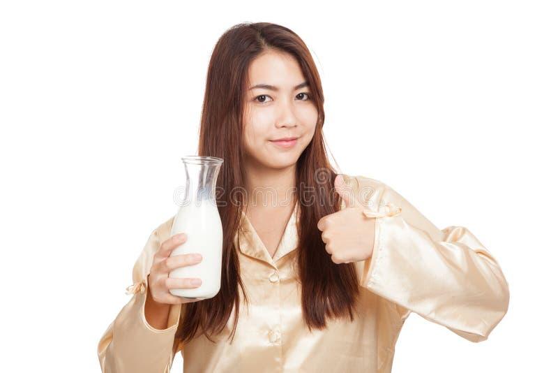 Счастливые азиатские большие пальцы руки женщины вверх выпивают молоко в утре стоковые изображения