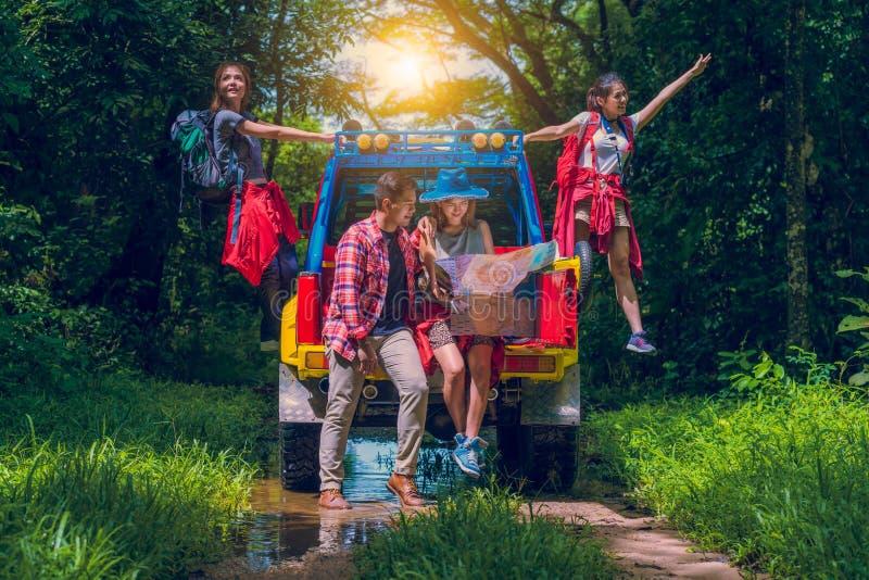 Счастливые азиатские молодые путешественники стоковые изображения rf