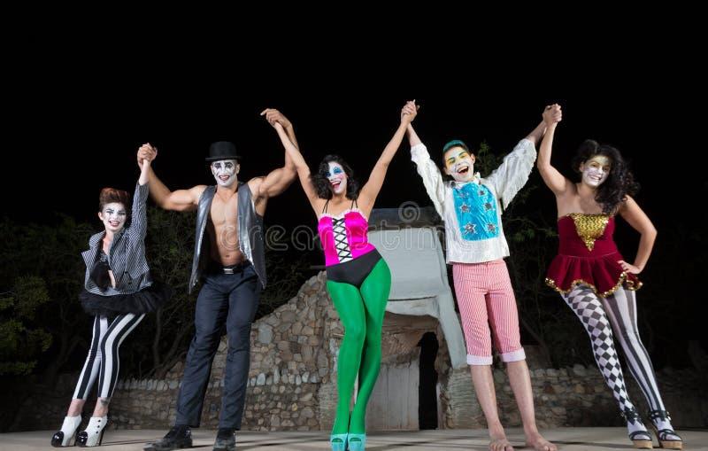 Счастливые актеры празднуя стоковое фото