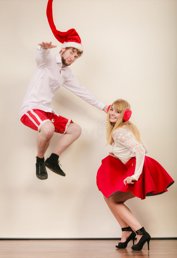 Счастливые активные танцы и скакать пар стоковая фотография