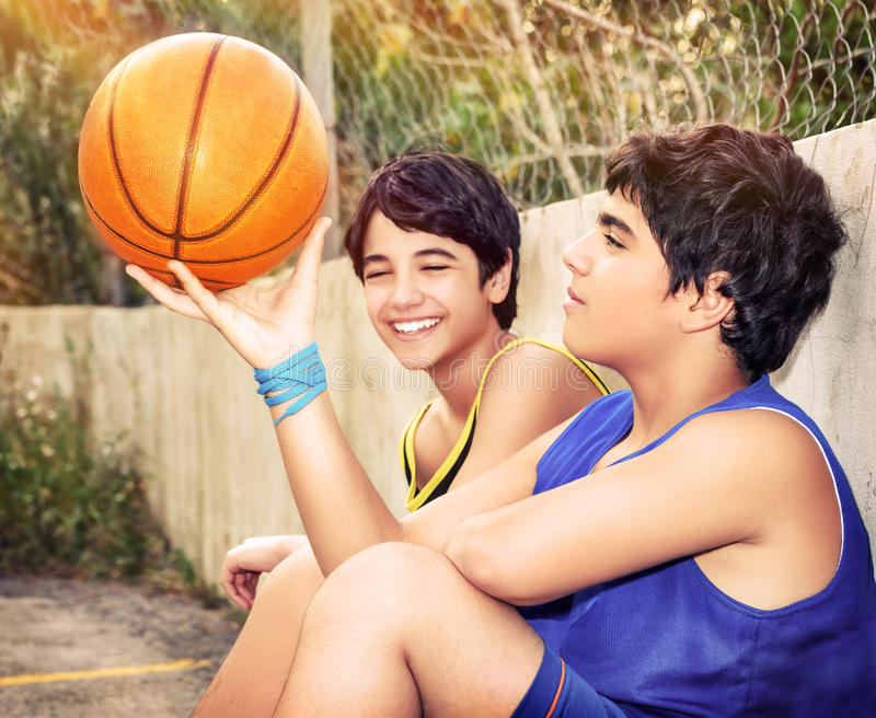 Счастливые баскетболисты стоковая фотография rf