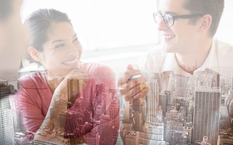 Счастливые бизнесмены в встрече стоковое изображение rf