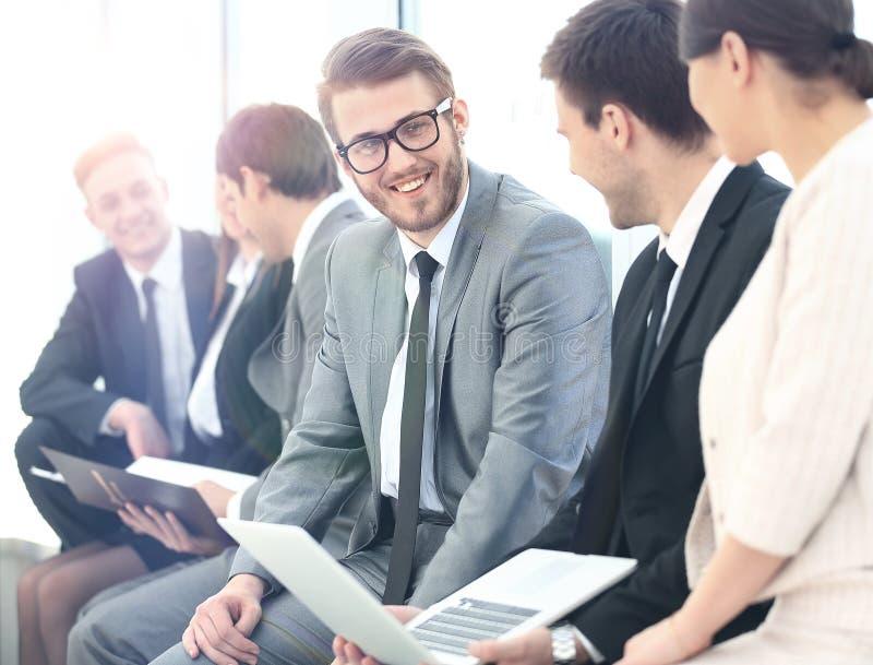 Download Счастливые бизнесмены говоря на встрече на офисе Стоковое Изображение - изображение насчитывающей коллегаы, люди: 81809475